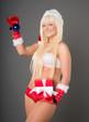 sexy Frau mit Weihnachtsgeschenk und Weihnachtsbaumkugel
