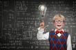 Schulkind mit Idee vor Tafel mit Formeln