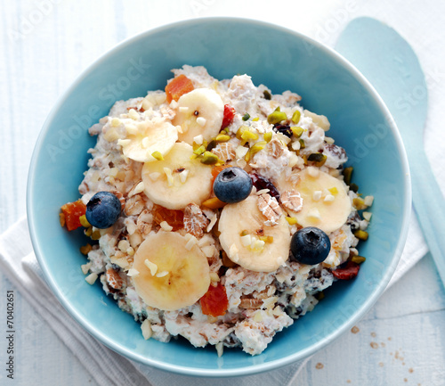 Leinwanddruck Bild Bowl of breakfast cereal topped with fruit