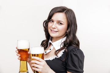 hübsche Frau im Dirndl hält Biergläser