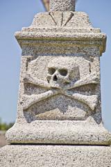 Totenkopf auf Grabstein