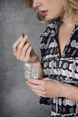 femme prenant médicaments