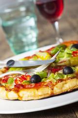 Closeup einer Pizza mit Wein