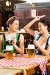 Wirtshaus - Freunde trinken Bier in Bayern beim Skat