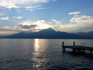 Sonnenuntergang am See mit Steg