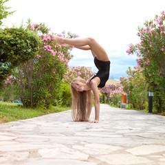 Гимнаста занимается спортом на природе