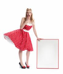 Frau hält ein Werbeplakat