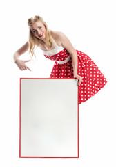 Frau zeigt auf ein Werbeplakat