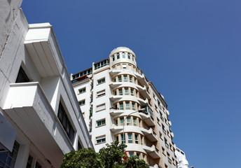 Immeuble blanc, ciel bleu