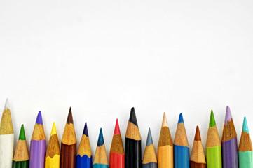 Buntstifte und leeres Papierblatt