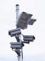 監視カメラと防犯灯