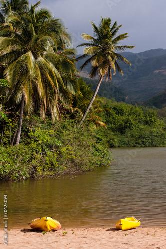 Leinwanddruck Bild Canoës jaunes dans Caraïbes