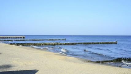 Buhnen am Ostseestrand in Polen