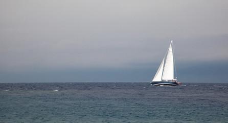Barca a vela in mare burrascoso
