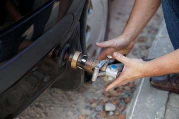 Заправка автомобиля сжиженным газом.