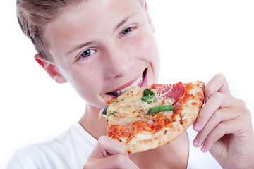 Jugendlicher isst genüsslich Salami Pizza Stück