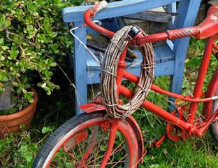 Altes rotes Fahrrad im Garten
