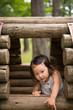 木の遊具で遊ぶ少女
