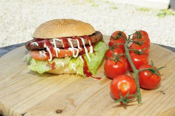 Panino con hamburger con salse e verdure