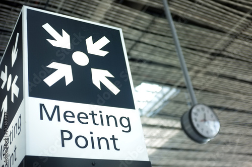 Meeting point sign at the airport - 70433239