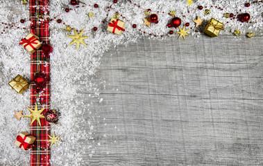 Weihnachtlicher Holz Hintergrund Landhausstil mit Rotem Band