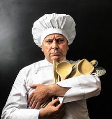 strano chef con attrezzi del mestiere