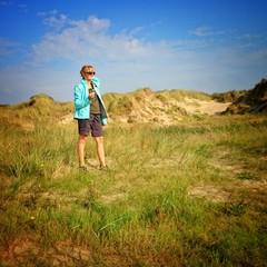Frau in der Dünenlandschaft im Urlaub