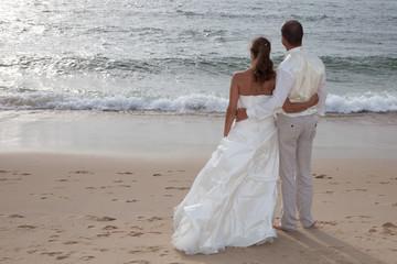 Beau couple vers l'horizon