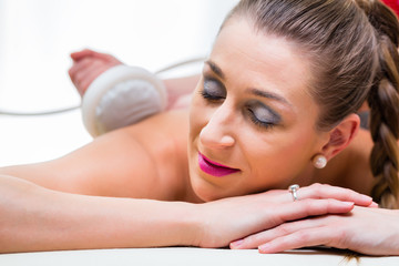 Frau bei Rückenmassage im Wellness Spa