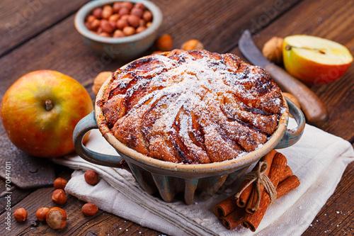 Leinwandbild Motiv Kuchen backen mit Apfel, Nuss und Zimt im Advent