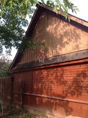 баскетбольная корзина на стене дома