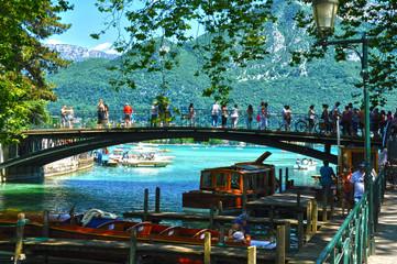 Lago de Annecy, Francia, turistas en un puente peatonal