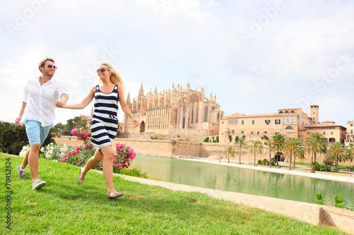 Happy couple on Mallorca, La Seu, Palma Cathedral. - 70452624