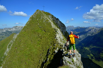 Wandern mit Gleichgewicht vor Berggipfel