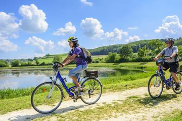 Zwei ältere Radfahrer