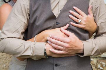Verliebtes Paar umschlingt sich mit den Händen