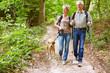 Paar Senioren beim Wandern mit Hund