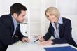 Business Team oder Ausfüllen eines Fragebogens