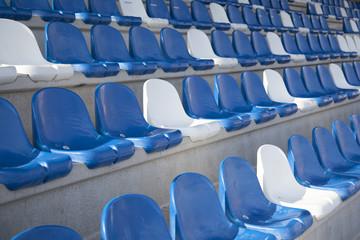 blauwe en witte stoelen op tribune