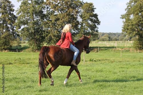 canvas print picture junge Frau reitet ihr Pferd