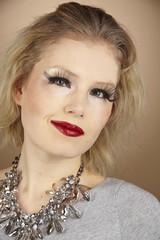 Frau mit extrem Make-Up und künstlichen Wimpern