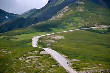 夏山を抜けて伸びる乗鞍スカイライン 大黒岳より