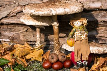 Herbstdekoration mit Schirmpilz und Vogelscheuche