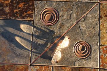 Lichtreflektion auf Steinplatte