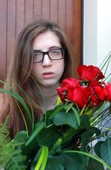 ragazza con rose rosse