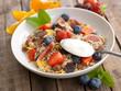 Frisches Müsli mit Früchten und Joghurt