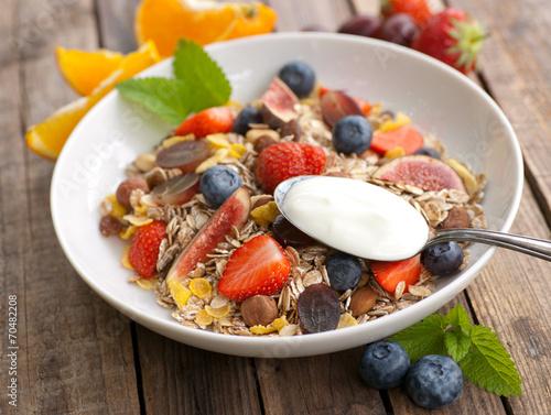 Frisches Müsli mit Früchten und Joghurt - 70482208