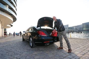 Mann Tasche aus dem Kofferraum einer Limousine