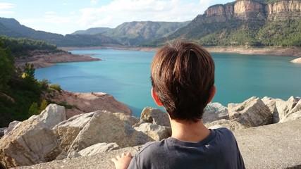 Niño mirando pantano