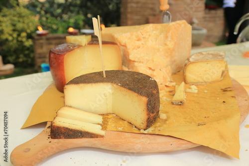 formaggi pecorino parmigiano prodotti tipici locali